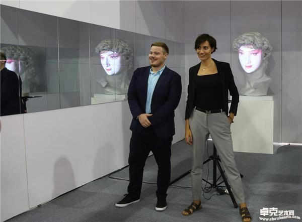外国艺术家在展览现场与作品《变脸——邂逅东方》合影留念